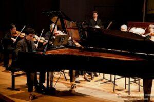 esteban frédéric en train de jouer au piano