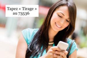 Une femme utilisant la voyance par sms