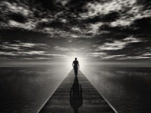 un homme marche devant sa destiné