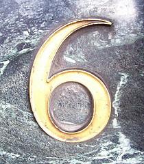 le nombre 6 écrit avec une couleur or