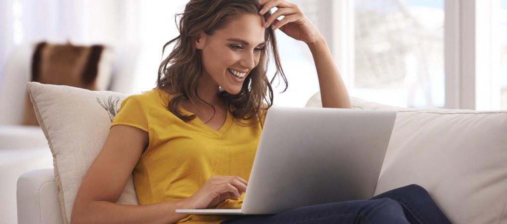 femme qui regarde son ordinateur pour une voyance par mail