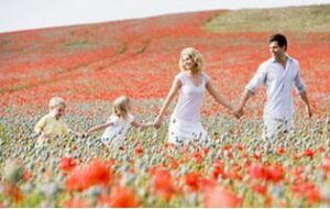 Famille dans un champs de fleurs
