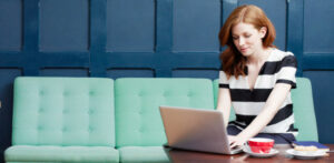femme assise avec un ordinateur portable