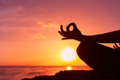 La méditation peut être définie comme un exercice de concentration de l'esprit sur une pensée, une image, un sentiment ou un concept. Dans les méthodes de méditation axées sur la concentration, l'esprit se concentre sur un mot, une prière, une image visuelle, un concept spirituel ou le souffle. Avec la méditation de pleine conscience, il est possible de simplement mettre son esprit en mode