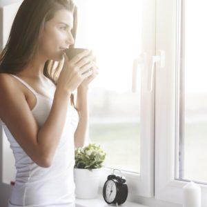 une femme boit un cafe