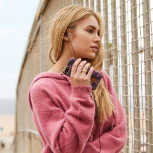 femme avec ecouteurs et telephone portable