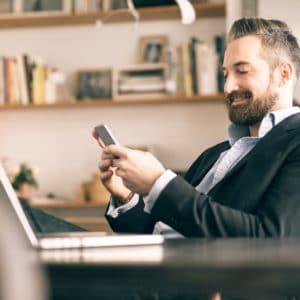 homme avec un telephone portable