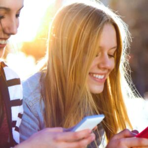 2 femmes avec leurs telephones portables