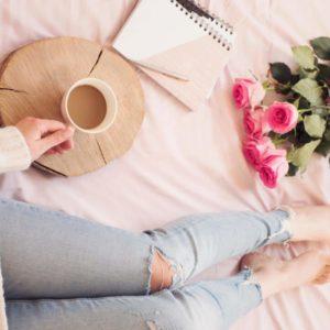 femme allongée avec un café