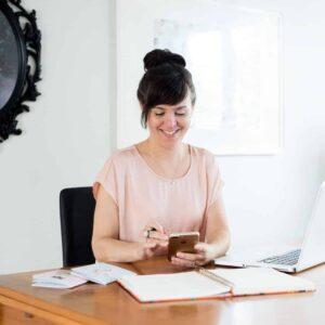femme utilisant un telephone portable